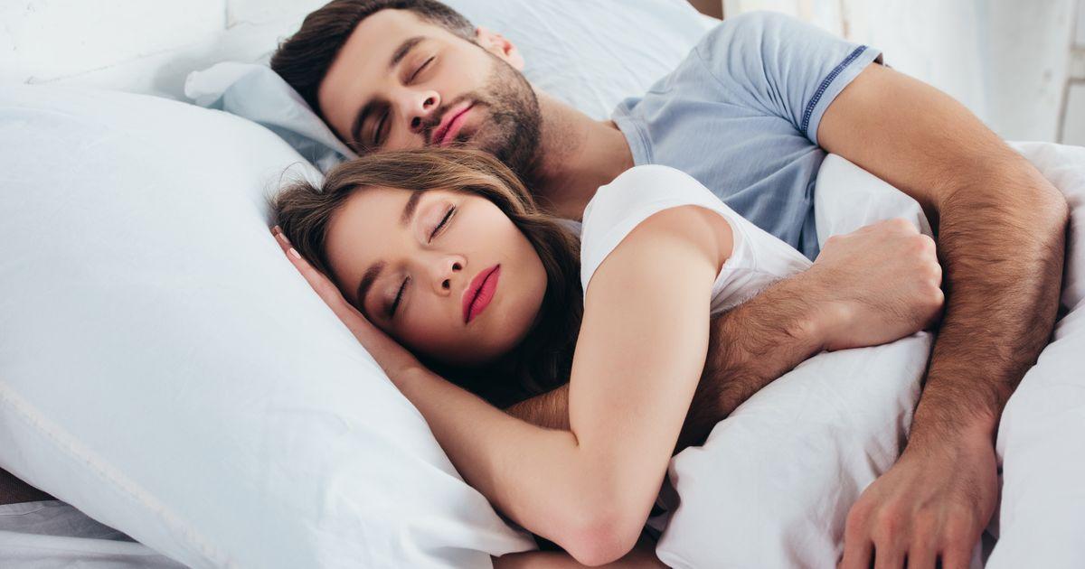 يبدو أن رائحة الحبيب تساعدنا فعلاً على النوم!