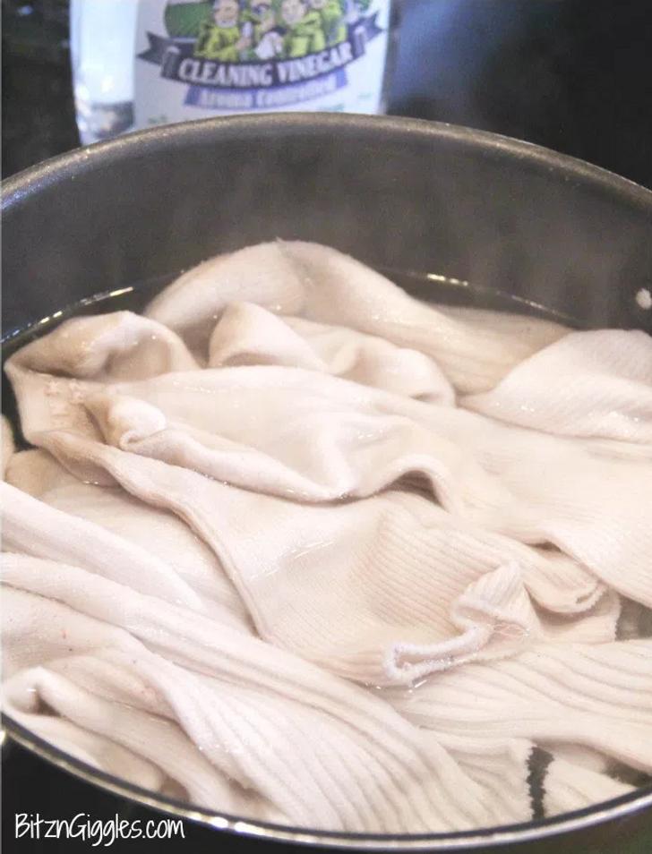 6 حيل حياتية لإزالة بقع مزيل العرق من الملابس